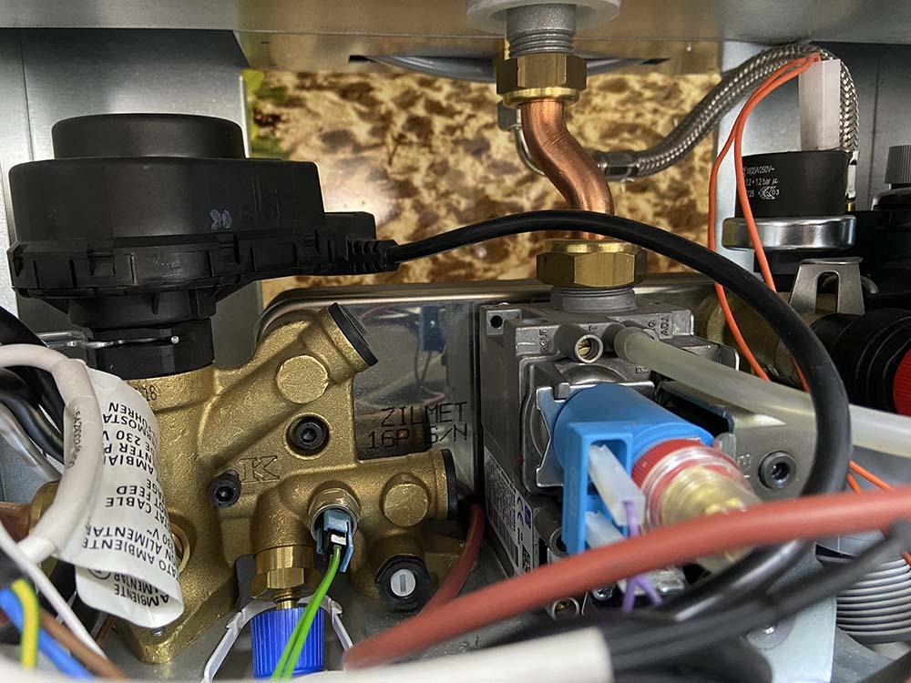 газовый и трехходовой клапан котла